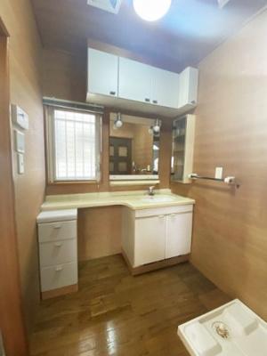 1階・ファミリータイプには必ず欲しい広々とした独立洗面台完備♪朝の準備もらくらく!お化粧するときも大活躍!