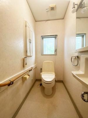 1階・人気のシャワートイレ・バストイレ別です♪窓のあるトイレで換気もバッチリできちゃいます☆小物を置ける便利な棚やタオルハンガーも付いています♪