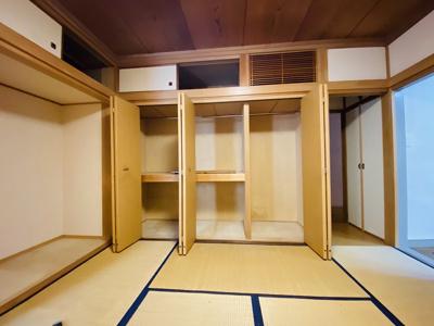 1階・南西向き和室8帖のお部屋にあるクローゼットです♪広々したクローゼットでお洋服の多い方も安心ですね☆