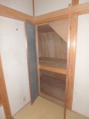 1階・和室6帖のお部屋にある階段下収納です!奥行きがあるのでたっぷり収納できます☆