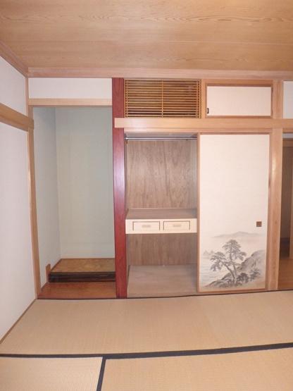 2階・南西向き和室8帖のお部屋にある天袋付き押入れです!押入れは寝具や荷物を収納するのに便利です☆