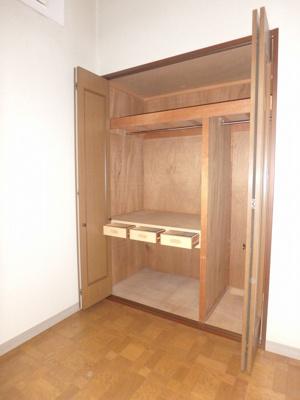 2階・南西向き洋室8帖のお部屋にあるクローゼットです☆小物を収納できる引き出しもあるのが便利ですよね♪