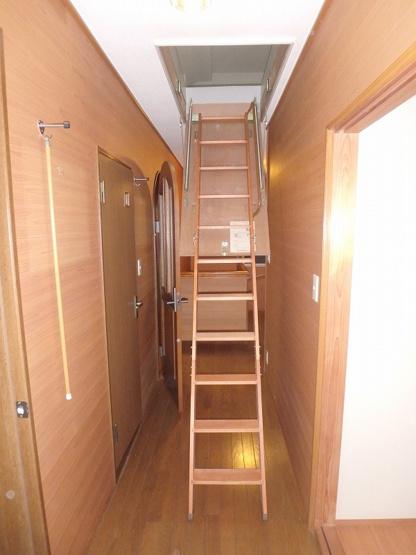 2階・廊下に、屋根裏収納に繋がる階段があります!使わない時は上部に収納しておくことができます♪