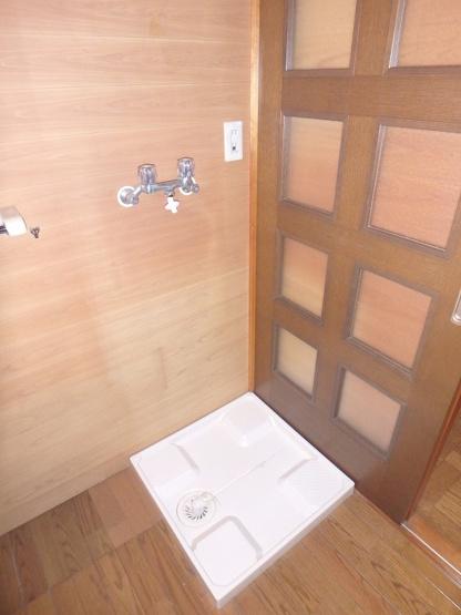 1階洗面所にある室内洗濯機置き場です♪防水パンが付いているので万が一の漏水にも安心です!
