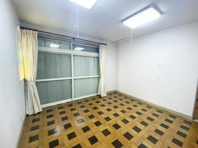 1階・南西向き洋室8帖のお部屋です!大きな窓から専用庭に出ることができます☆
