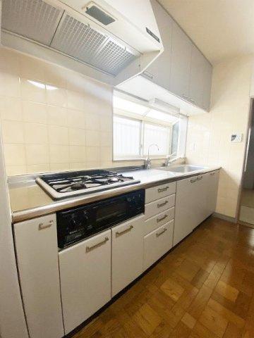 3口ガスコンロ/グリル付きシステムキッチンです☆お料理の幅が広がりますね♪換気のできる窓付きでお料理の匂いもこもりません!