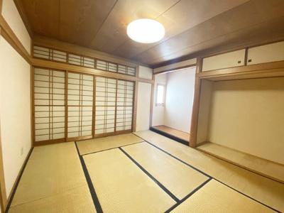 1階・南西向き和室8帖のお部屋です!和室のお部屋には床の間がありお部屋が広く使えます!クローゼット2ヶ所付きでお洋服もすっきり収納できます♪