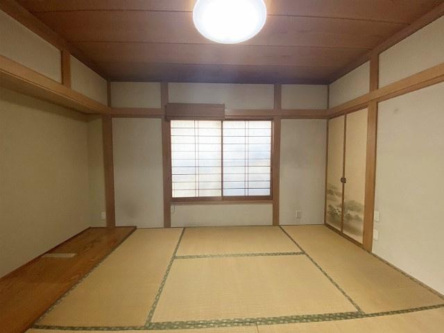 1階・玄関側にある和室6帖のお部屋です☆和室は冬場にコタツでほっこりしたり、客間にも使えそう☆収納スペースを完備しています☆
