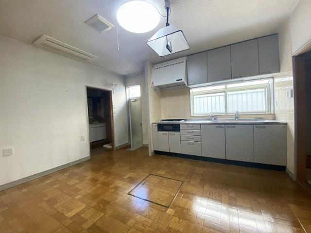 7.8帖のダイニングキッチンです♪広々としたキッチンスペースでお料理もはかどりそうですね☆便利な床下収納も完備☆勝手口も付いているので出入りするのに便利ですね☆
