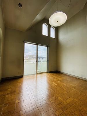2階・バルコニーに繋がる二面採光南西向き洋室8帖のお部屋です♪天井が高くて開放感のあるお部屋です☆