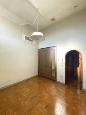 2階・クローゼットのある南西向き洋室8帖のお部屋です!お洋服の多い方もお部屋が片付いて快適に過ごせますね♪