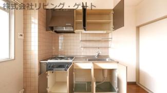 収納もたくさんあります。吊るされているキャビネットも洗い物を置けますね。