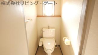 トイレには窓もついているので換気もできます。
