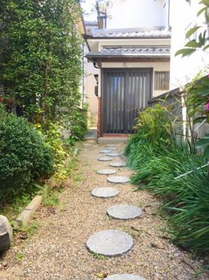 昔ながらの日本家屋を思わせる玉砂利と植栽です♪