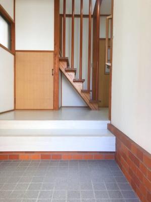玄関のスペースは広めです♪ベビーカーやゴルフバッグを置くことができます♪