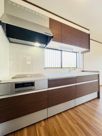 LIXIL製新品システムキッチンを設置。IHクッキングヒーターなので毎日のお掃除もサッとひと拭きでキレイに
