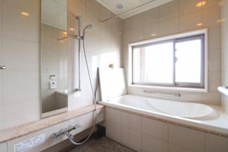 角住戸の為、浴室に窓がございます。