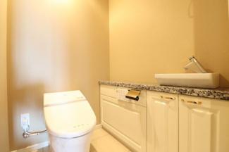 広々としたトイレ。天然石を使用しております。