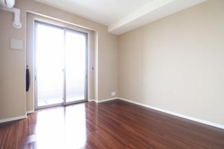 6.1帖の洋室。バルコニーに面しており、明るいお部屋でお過ごしいただけます。