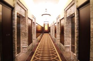 高級感のあるエレベーターホールです。