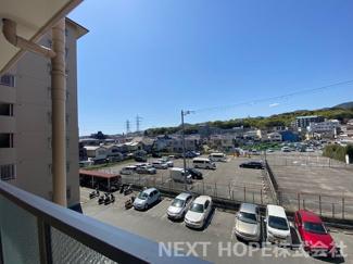 洋室6帖の専用バルコニーからの眺望です♪西側です!隣地は駐車場なので周囲の目線も気になりませんね(^^)