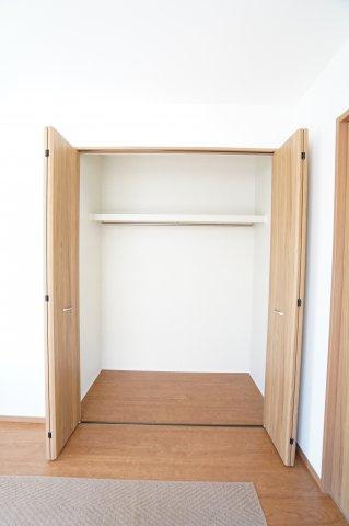 【同仕様施工例】1階洋室クローゼットです。普段よく着る衣類やバッグ等収納するのに便利です。