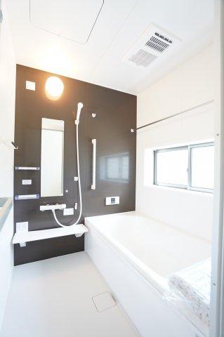 【同仕様施工例】清潔感のある浴室です。浴室乾燥機付の一坪バスです。