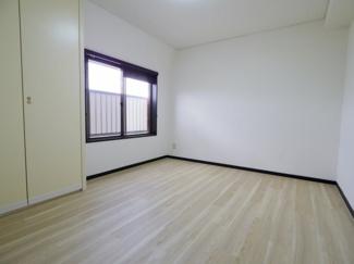 洋室7.4帖は真四角で家具やベッドの配置も思いのまま