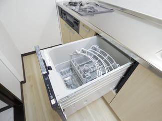 ビルトインタイプ食器洗乾燥機を採用。通常の手洗いでは使用出来ないほど高温のお湯や高圧水流を使うことにより汚れを効果的に落とすことができます
