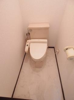 足元が広いウォシュレット付きのトイレです