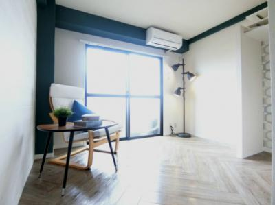 バルコニーに繋がる南西向き洋室5.8帖のお部屋です!エアコン付きで1年中快適に過ごせますね☆