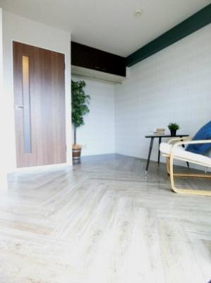 オープンクローゼットのある南西向き洋室5.8帖のお部屋です!お洋服の多い方もお部屋が片付いて快適に過ごせますね♪