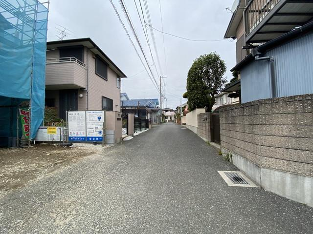 前面道路は3.9mの私道です。休日には家族で徒歩4分に田喜野井公園と徒歩10分には日帰り温泉施設で楽しめます。