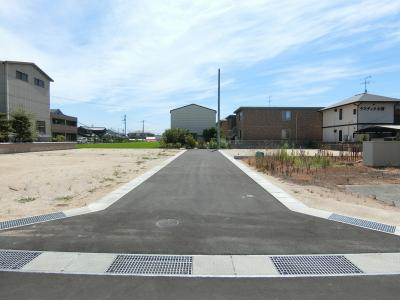 前面道路は幅員約3m。分譲地前はセットバックして幅員拡張予定です。