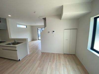 キッチン横のスペースにはダイニングテーブルを配置して朝食などいかがですか。
