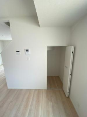 階段下収納もありますので清掃道具など収納してお部屋がスッキリしますね。