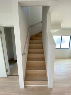2階に続く階段です。手すりも付いていますので安全性が高いです。