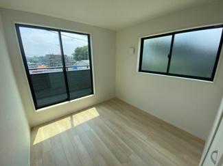 2Fの5帖の洋室です。窓が大きいので明るいお部屋です。
