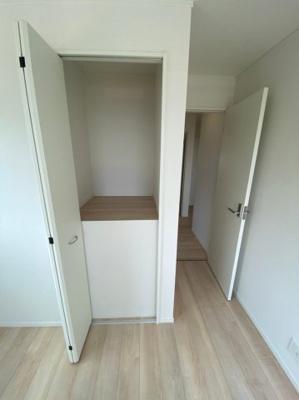 2Fの5帖の洋室です。収納もあります。