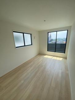 2Fの7帖の洋室です。2面採光で明るいお部屋です。