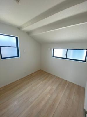 2Fの4.5帖の洋室です。勾配天井になっていてお洒落な印象です。