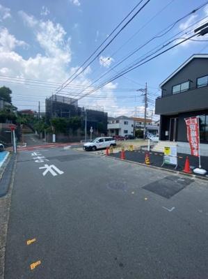 物件前の道路です。道路幅6.5mあるので駐車もスムーズにできます。