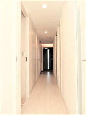 玄関からリビングへと繋がる廊下部分です。 廊下部分にも収納があり、洗面所にはリネン庫・ルネン棚があり収納豊富です。