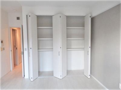 リビングにある収納です。 棚がついてあるので、書籍や書類なども収納でき多用途な収納に便利ですね♪