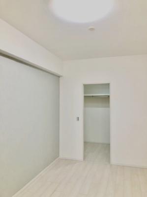 洋室(約6.0帖)です。 こちらのお部屋の天井高約265cm