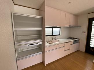 千葉市稲毛区黒砂台 中古一戸建て 稲毛駅 ピンクを基調とした可愛らしいシステムキッチンになります。