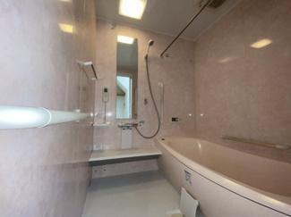 千葉市稲毛区黒砂台 中古一戸建て 稲毛駅 白を基調とした清潔感のあるユニットバスです。