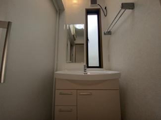 千葉市稲毛区黒砂台 中古一戸建て 稲毛駅 清潔感のある独立洗面台です。