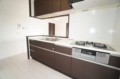 【システムキッチン】 夫婦そろってキッチンに立っても調理がしやすい! 食器類もすっきりと片付く収納力。 家事をしながら会話も弾みます。 更に、換気性、採光性を高める勝手口を設置。