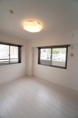 【北西側洋室約6帖】 サブバルコニーに面する本居室は 2面採光で、とても明るく主寝室向き。 証明をLEDにするともっと明るい部屋に! クローゼットの容量もあるので、使い勝手が 良い部屋に仕上がってます